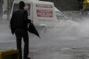 Καιρός: Σφοδρή καταιγίδα «σάρωσε» την Αττική