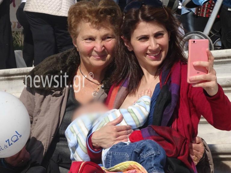 Ζάππειο: Πλημμύρισε παιδικά χαμόγελα! Μητέρες θήλασαν τα μωρά τους   Newsit.gr