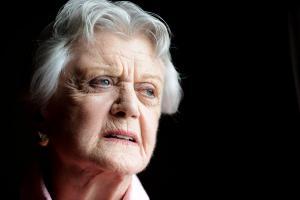 Άντζελα Λάνσμπερι: «Οι γυναίκες έχουν ευθύνη για τη σεξουαλική παρενόχληση»