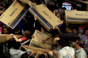 Black Friday: Χαμός στο εξωτερικό – Mάχη στους διαδρόμους [pics, vids]