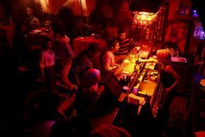 Πανικός στο Μπουρνάζι – Το κλαμπ της κόκας και ο… σταρ του Χόλιγουντ!