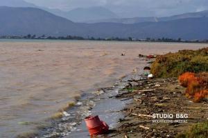 Ναύπλιο: Η κακοκαιρία άλλαξε την όψη της παραλιακής – Από πέτρες και ξύλα μέχρι παλιές οικοσυσκευές [vid]