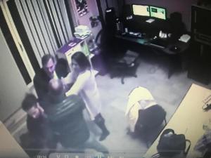 Κέρκυρα: Πλακώθηκαν στο ξύλο σε τηλεοπτικό σταθμό – Οι σκηνές απείρου κάλλους επί της οθόνης [pics]