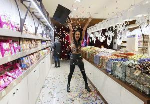 Black Friday: Έμειναν topless και έκαναν χαμό οι Femen