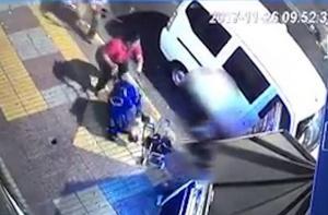 Εικόνες σοκ από φονικό καβγά! Τους μαχαίρωσε και πέταξαν το μωρό του στη λεωφόρο [vid]