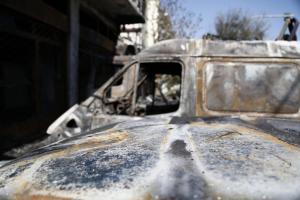 Στις φλόγες δύο αυτοκίνητα έξω από τον ναύσταθμο της Σούδας
