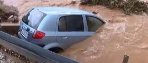 Καιρός: Εγκλωβισμένοι οδηγοί και κάτοικοι στη Νέα Πέραμο – Σάρωσε την περιοχή η κακοκαιρία