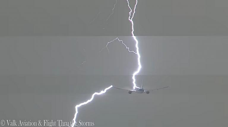 Τρόμος στον αέρα! Κεραυνός χτύπησε αεροπλάνο [vid] | Newsit.gr