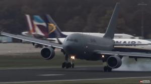 Τρόμος στον αέρα! Δραματική προσγείωση αεροπλάνων – Τα πήρε ο άνεμος [vid]