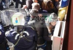 Γιάννενα: Επεισόδια και συλλήψεις έξω από σούπερ μάρκετ – Οι μάχες εργαζομένων με τα ΜΑΤ [pics]