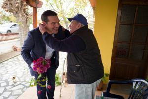 Δεν άφηναν τον Τσίπρα να φύγει από χωριό της Ξάνθης – Η κίνηση που συγκίνησε [pics]