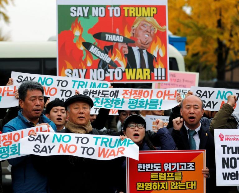 «Θερμή» υποδοχή στον Τραμπ από… εκατοντάδες διαδηλωτές στη Νότια Κορέα [pics]