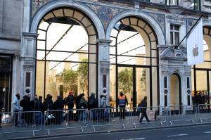 """""""Σήκωσαν"""" το κατάστημα της Apple στο Λονδίνο! [vid]"""