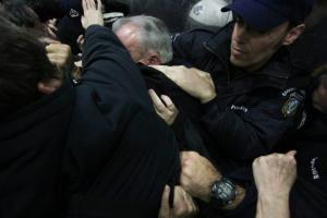 Τόσκας για τα επεισόδια στο Ειρηνοδικείο: Αμυνόμενοι οι αστυνομικοί – Κακώς έκαναν χρήση χημικών αλλά…