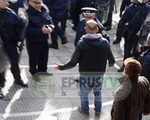 Ιωάννινα: 12 συλλήψεις και ένας άνθρωπος στο νοσοκομείο από τα επεισόδια [vid]