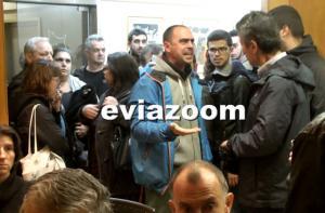 Εύβοια: Η στιγμή που διαδηλωτές μπαίνουν και διακόπτουν την ομιλία του υφυπουργού Παιδείας [vid]