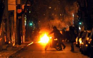 Εξάρχεια: Επιθέσεις σε ΜΑΤ με μολότοφ και πέτρες