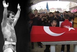 Συντετριμμένος ο Βαλέριος Λεωνίδης στην κηδεία του Σουλεϊμάνογλου! Φίλησε το φέρετρο και οι Τούρκοι τον αποθεώνουν