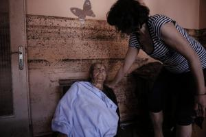 Η στιγμή της διάσωσης βαριά τραυματία και ηλικιωμένης στην Μάνδρα