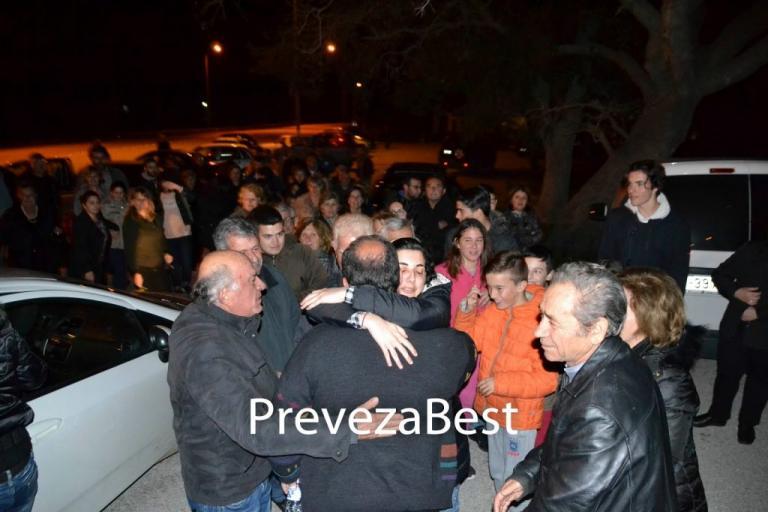 Πρέβεζα: Χειροκροτήματα για τον ιερέα που αποφυλακίστηκε [pics] | Newsit.gr
