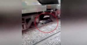 Πέρασε από πάνω του ένα τρένο και δεν έπαθε τίποτα!