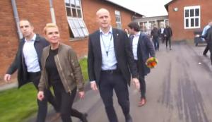 Δανία: Δεκάδες πρόσφυγες πήραν στον κυνήγι την Υπουργό Μετανάστευσης [vid]
