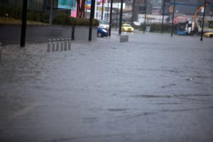 Καιρός: Βροχές και καταιγίδες με… αύξηση της θερμοκρασίας