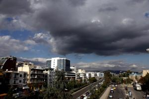 Καιρός: «Μουντός» ουρανός με άνοδο της θερμοκρασίας την Πέμπτη – Σε ποιες περιοχές θα βρέξει