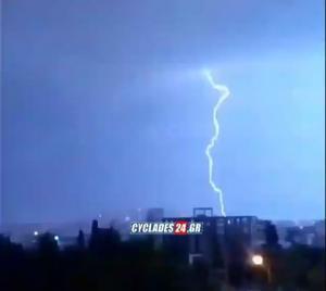 Απίστευτο video: Κεραυνός έκανε τη νύχτα μέρα στον Πειραιά