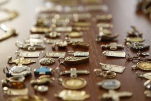 Ο επίσημος εκτιμητής της ΕΛ.ΑΣ. και τα πανάκριβα κοσμήματα με απομιμήσεις!
