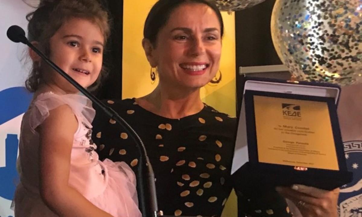 Μαίρη Κούστας: Η ηθοποιός και συγγραφέας από τη Μελβούρνη με τις 23 εξωσωματικές | Newsit.gr