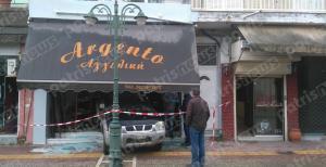Ηλεία: Κινηματογραφική διάρρηξη κοσμηματοπωλείου – Εισβολή με αυτό το όχημα από τη βιτρίνα [pics]