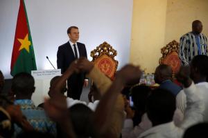 Ανεκδιήγητος Μακρόν: Ρεζίλεψε τον πρόεδρο της Μπουργκίνα Φάσο δημοσίως! [pics, vids]