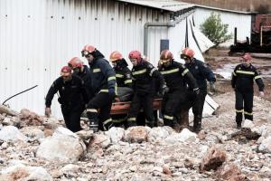 Μάνδρα: Τραγικές εικόνες! Η ανάσυρση του νεκρού άνδρα από τις λάσπες και τα μπάζα