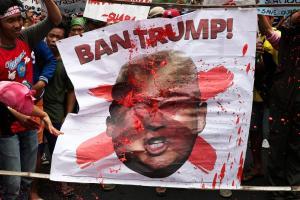 «Απαγορεύστε τον Τραμπ»! Στη Μανίλα δεν… χαίρονται με την επίσκεψη του Πλανητάρχη
