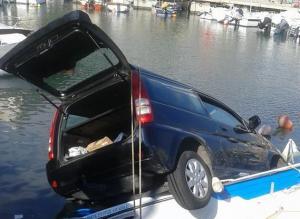 Αυτοκίνητο έπεσε στην Μαρίνα Ζέας [pics]