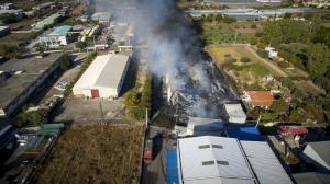 Μεγάλη φωτιά στο Μενίδι – Κάηκε αποθήκη χαρτιού – Συγκλονιστικές εικόνες