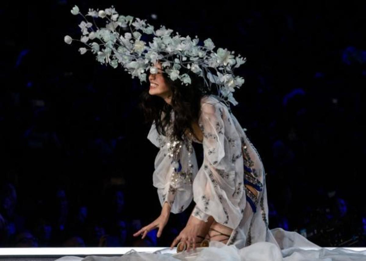 Επική τούμπα για διάσημο μοντέλο στο show της Victoria's Secret! [vid] | Newsit.gr