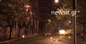 Πολυτεχνείο – Μολότοφ στα Εξάρχεια: Φωτιά δίπλα σε μπαλκόνι πρώτου ορόφου! [vid]