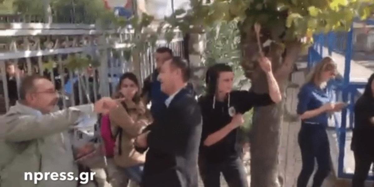 Ναύπακτος: Χαμός σε λύκειο – Μαθητές κλείδωσαν τον διευθυντή του σχολείου [vid]   Newsit.gr