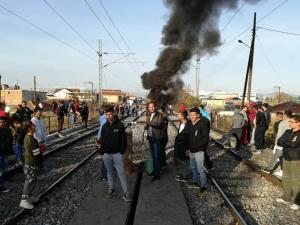 Κατέλαβαν τις γραμμές του τρένου κάτοικοι της Λάρισας! [vid]