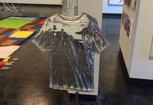 Αυτό το ρούχο δεν λερώνεται αλλά… σπάει!