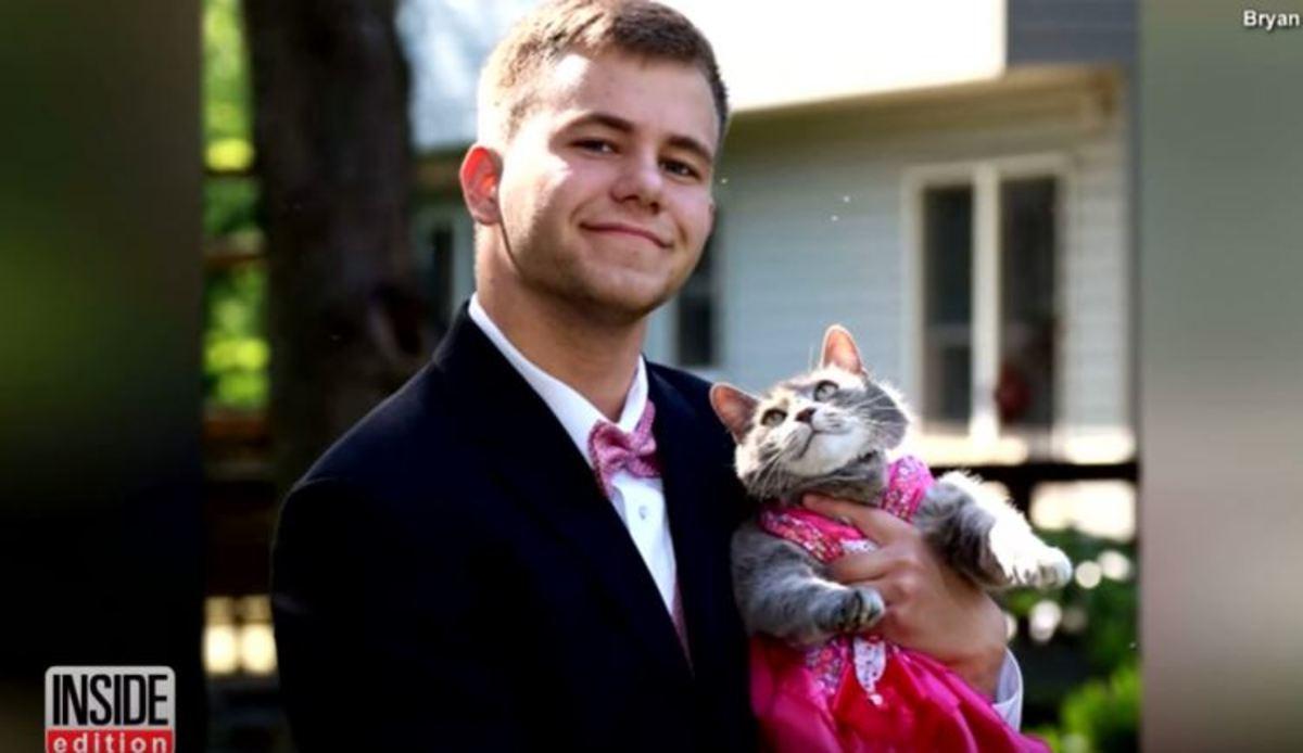 Δεν έβρισκε συνοδό για τον χορό του σχολείου και πήρε τη γάτα του | Newsit.gr