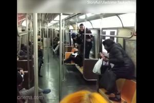 Ένα ολόκληρο βαγόνι φρίκαρε μόλις είδε ένα ποντίκι να περιφέρεται στα πόδια των επιβατών