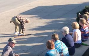 Γέρος σκύβει να πιάσει το μπαστούνι του – Τι συμβαίνει μετά κανείς δεν το περιμένει