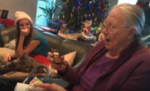 Έκαναν δώρο στη γιαγιά τους ένα κινητό – Δεν κατάλαβε ότι ήταν σοκολατένιο