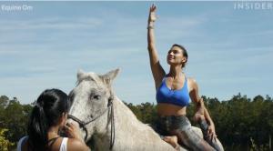 Η νέα μόδα στη γιόγκα σάς θέλει πάνω σε άλογο
