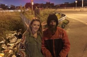 Άστεγος έδωσε τα μοναδικά του 20 δολάρια σε μια κοπέλα που χάλασε το αμάξι της – Τι έκανε για να τον ευχαριστήσει