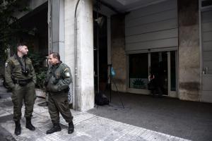 Λαχτάρησαν πάλι στα γραφεία του ΠΑΣΟΚ – ΙΧ παραλίγο να πάρει σβάρνα αστυνομικούς