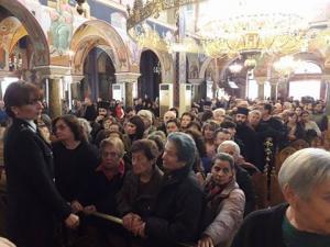 Αγρίνιο: Ουρές πιστών για την Τίμια Ζώνη της Παναγίας